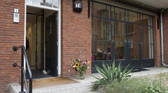 office-opvoeddesk-entrance